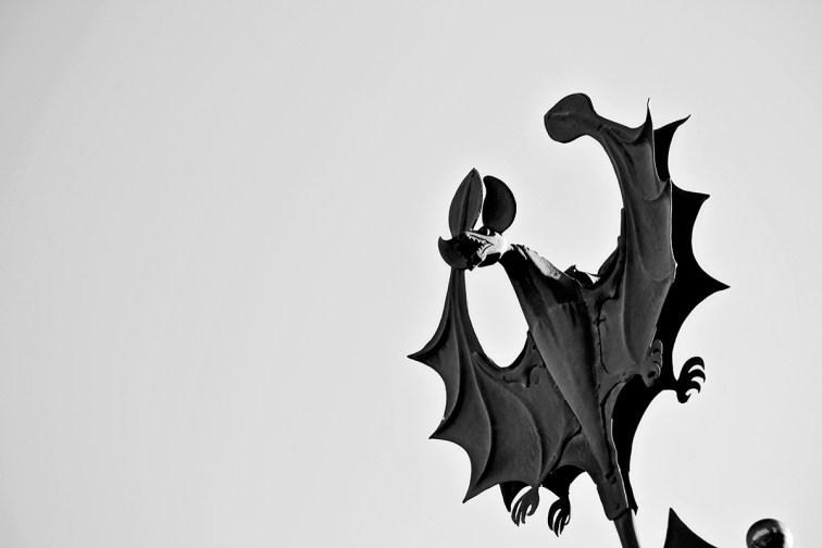 Escultura hierro forjado murciélago modernismo Teruel blanco y negro