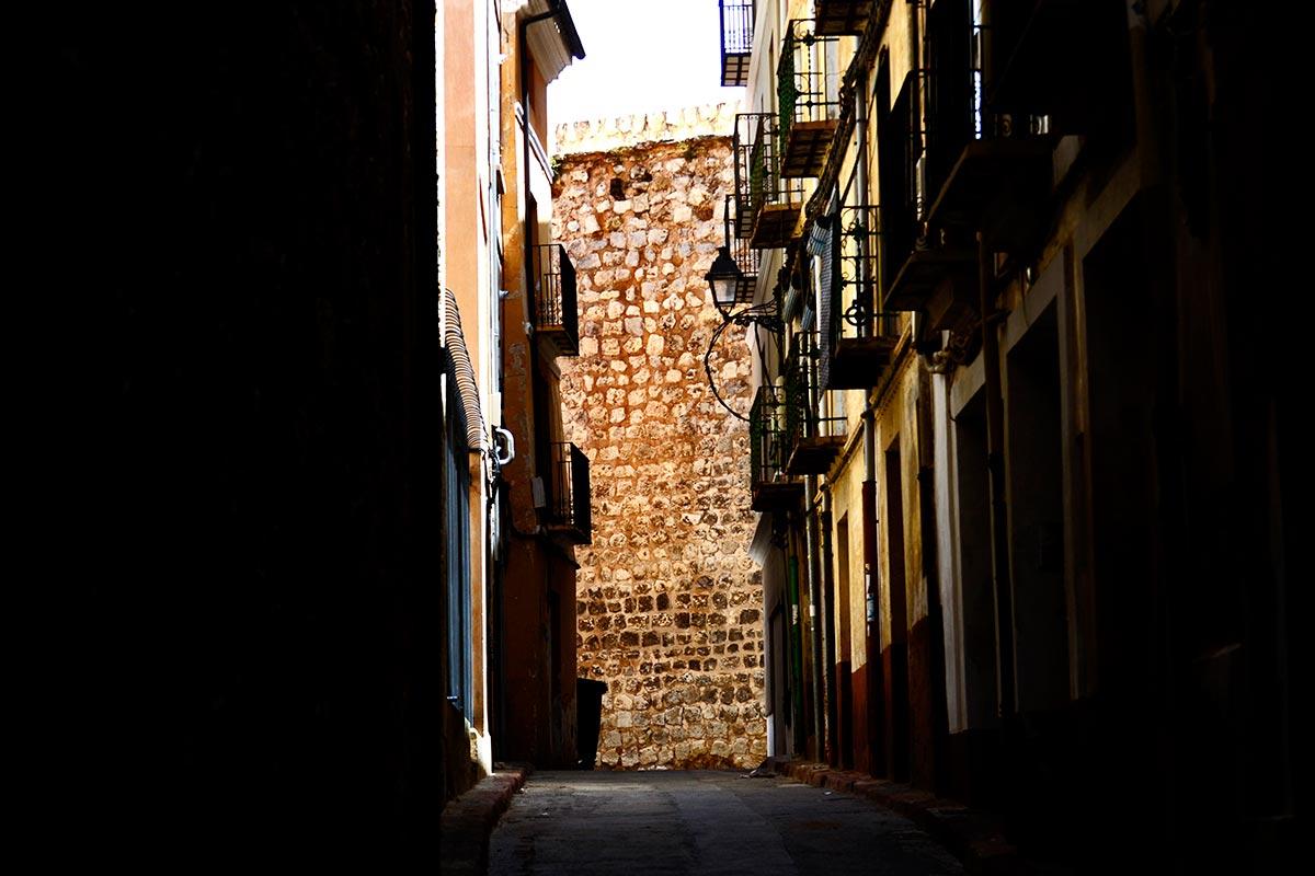 Calle claroscuro muralla centro histórico Teruel