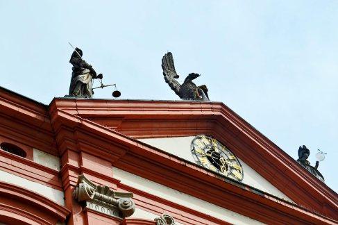 Decoración esculturas renacentistas friso reloj fachada ayuntamiento Gengenbach Selva Negra
