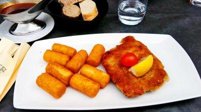 Filete Cordon-bleu croquetas plato restaurante menú Alsacia Selva Negra Alemania