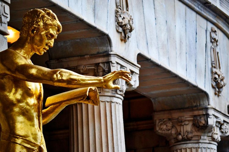 Escultura oro brazos entrada Teatro Dramaten Estocolmo