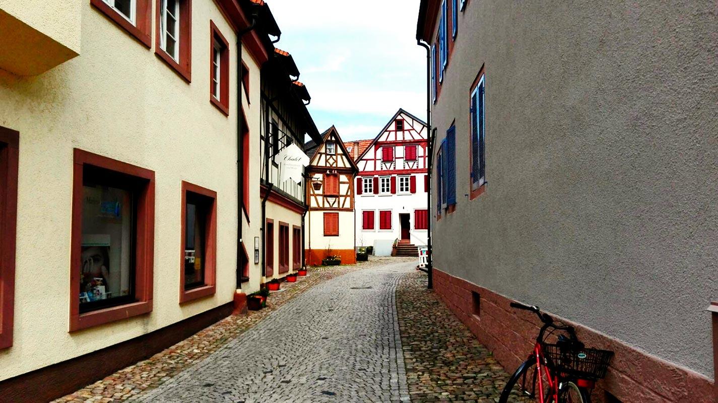 Calle desierta bicicleta centro histórico Gengenbach Alemania