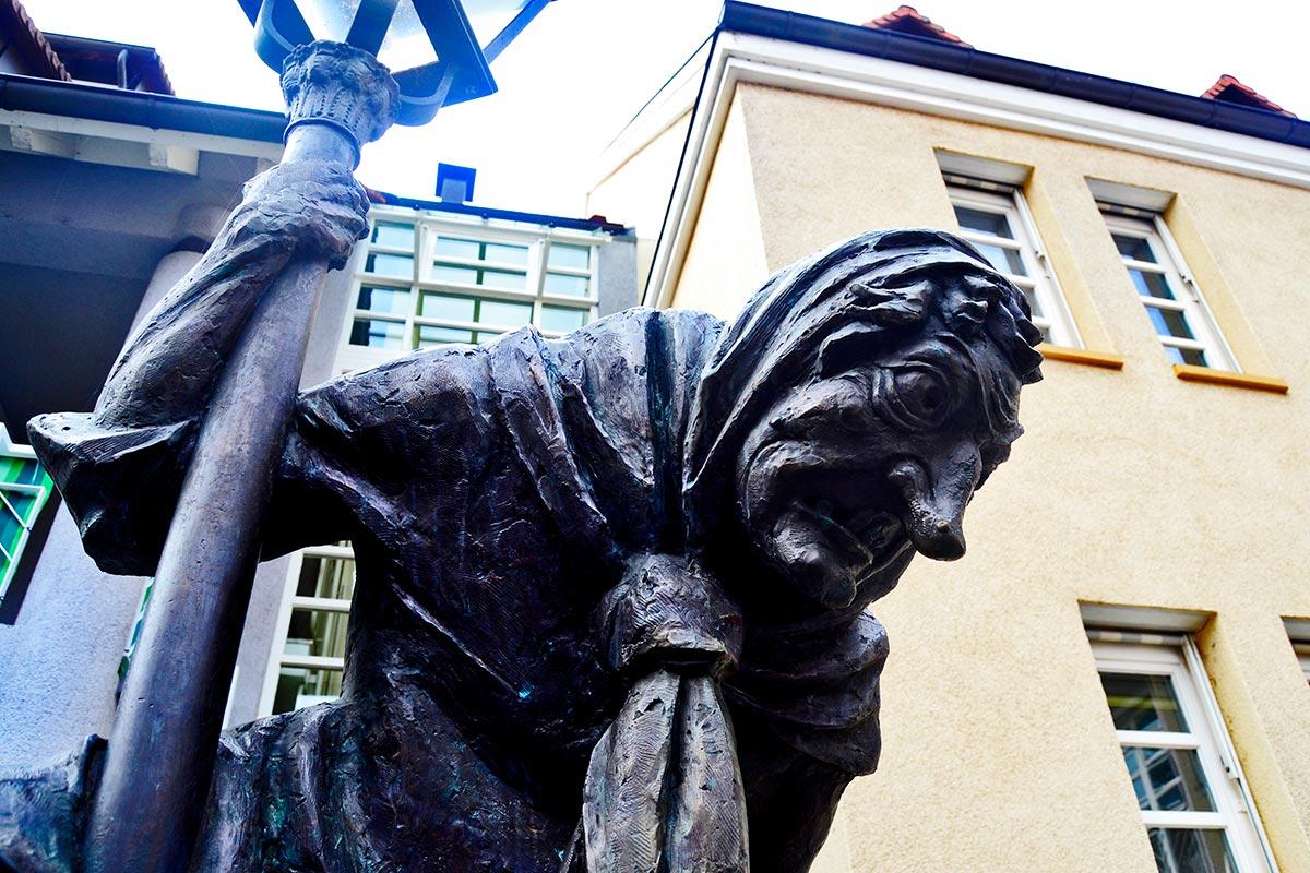 Bruja carnaval escultura piedra plaza Gengenbach Selva Negra Alemania