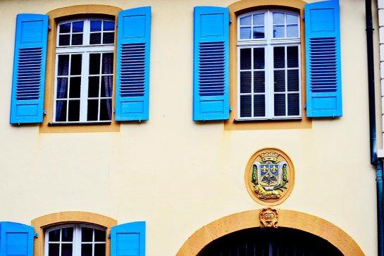 Ventanas abiertas azules viviendas medievales calles Gengenbach