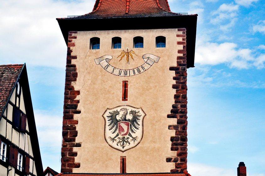 Torre medieval escudo dragón entrada Gengenbach Alemania
