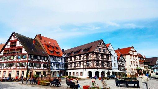 Turistas lugareños sentados plaza principal edificios medievales Gengenbach