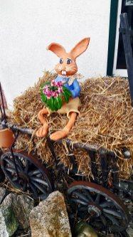Conejo porcelana decoración flores carro paja vivienda entrada Gengenbach