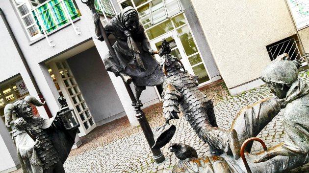 Escultura bruja niños demonio disfraces Narrenbrunnen plaza Gengenbach Selva Negra