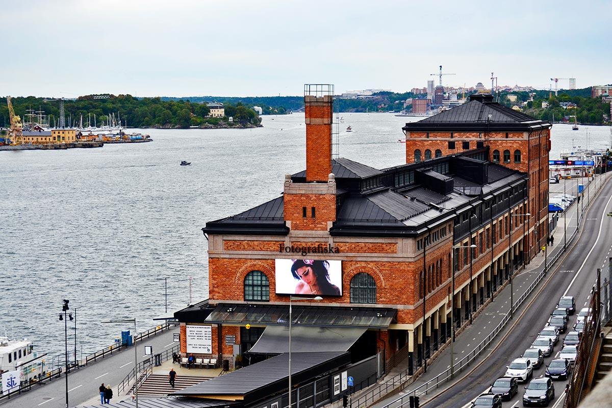 Fachada edificio Fotografiska Museo aguas Estocolmo Suecia