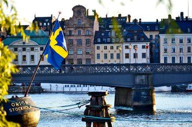 Bandera Suecia panorámica puente fachadas Estocolmo desde Djurgarden
