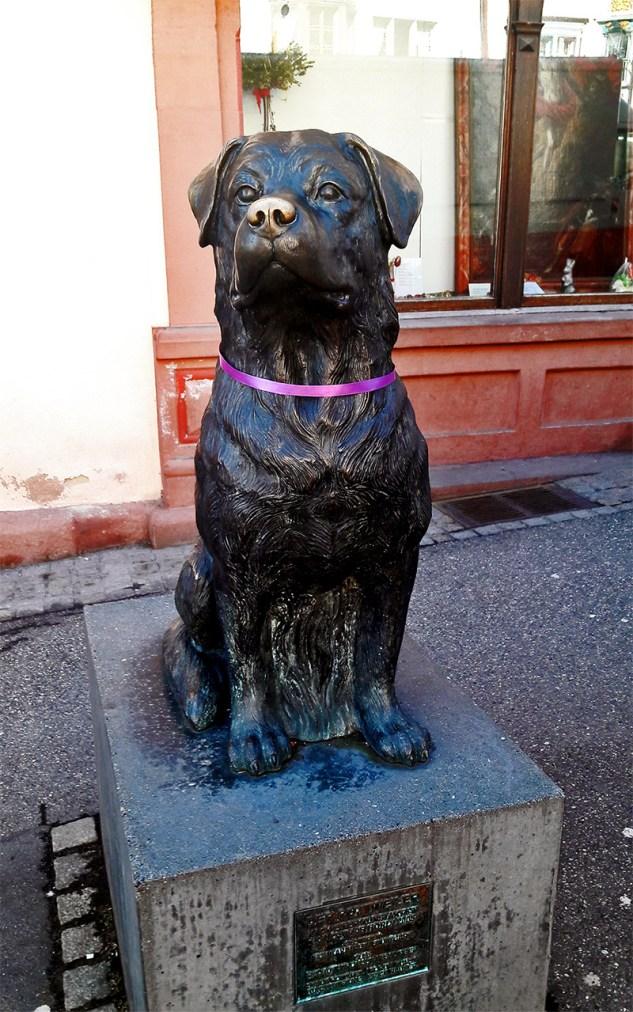 Escultura Rottweiler homenaje avenida principal