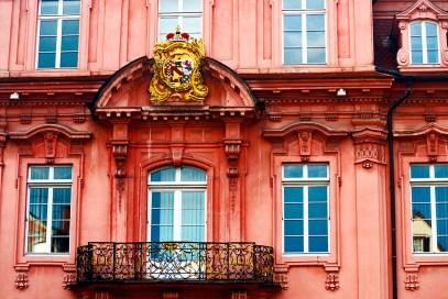 Fachada rosa balcón ventanales escudo heráldico ayuntamiento gótico Offenburg Alemania Selva Negra