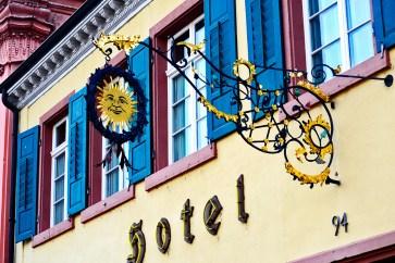 Símbolo rótulo sol hotel entrada Offenbur fachada colores Selva Negra Alemania