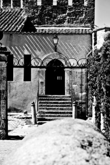 Patio interior entrada dependencias Parador Nacional Ciudad Rodrigo blanco y negro