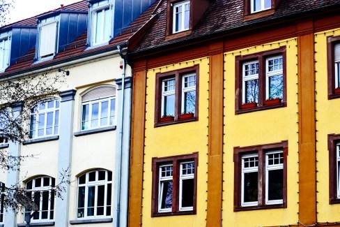 Fachadas barrocas colores amarillo gris ventanales Offenburg Selva Negra Alemania
