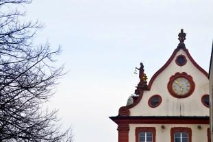 Frontón decoración esculturas barrocas reloj edificios centro Offenburg Alemania