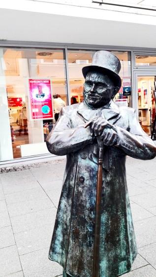 Escultura caballero sombrero gabardina bastón Offenburg Alemania