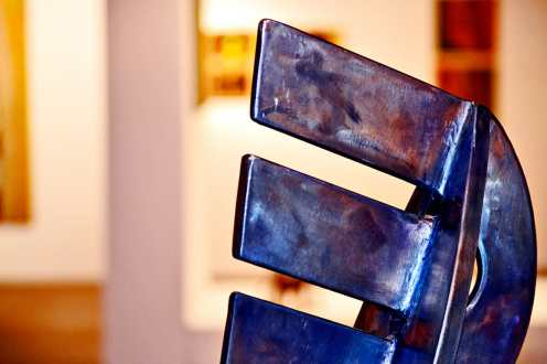 Escultura acero letra exposición permanente Museo Nerja Málaga