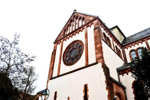 Fachada lateral iglesia rosetón Offenburg Selva Negra Alemania