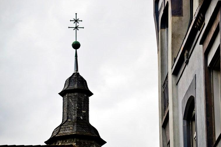 Torre cruz doble iglesia Offenburg Alemania