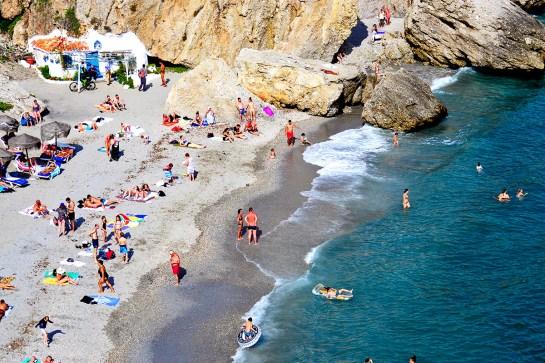 Orillas bañistas playa Calahonda Nerja Málaga