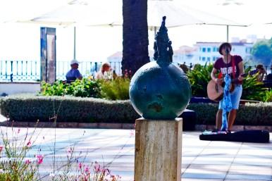 Joven cantante amateur guitarra escultura mundo Balcón de Europa Nerja Málaga