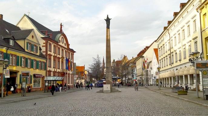 Plaza empedrada columna ayuntamiento Offenburg Selva Negra Alemania