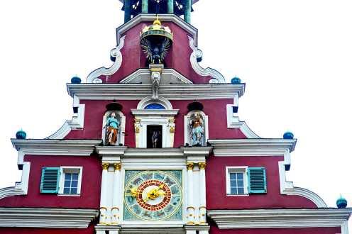 Detalles reloj fachada estilo barroco frontón ayuntamiento Esslingen am Neckar Selva Negra Alemania