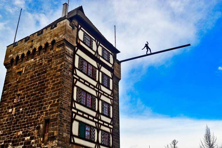 Silueta hombre suspendido torre entrada Esslingen am Neckar Selva Negra Alemania