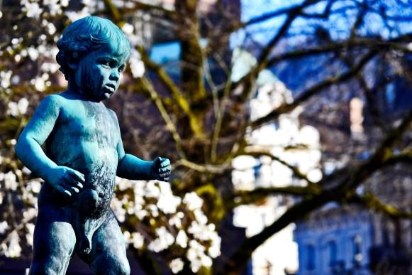 Escultura niño fuente centro Baden Baden Alemania