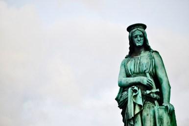 Escultura mirada virgen Schlossplatz Stuttgart Alemania
