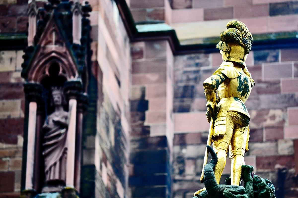 Escultura soldado espaldas Catedral Friburgo Alemania