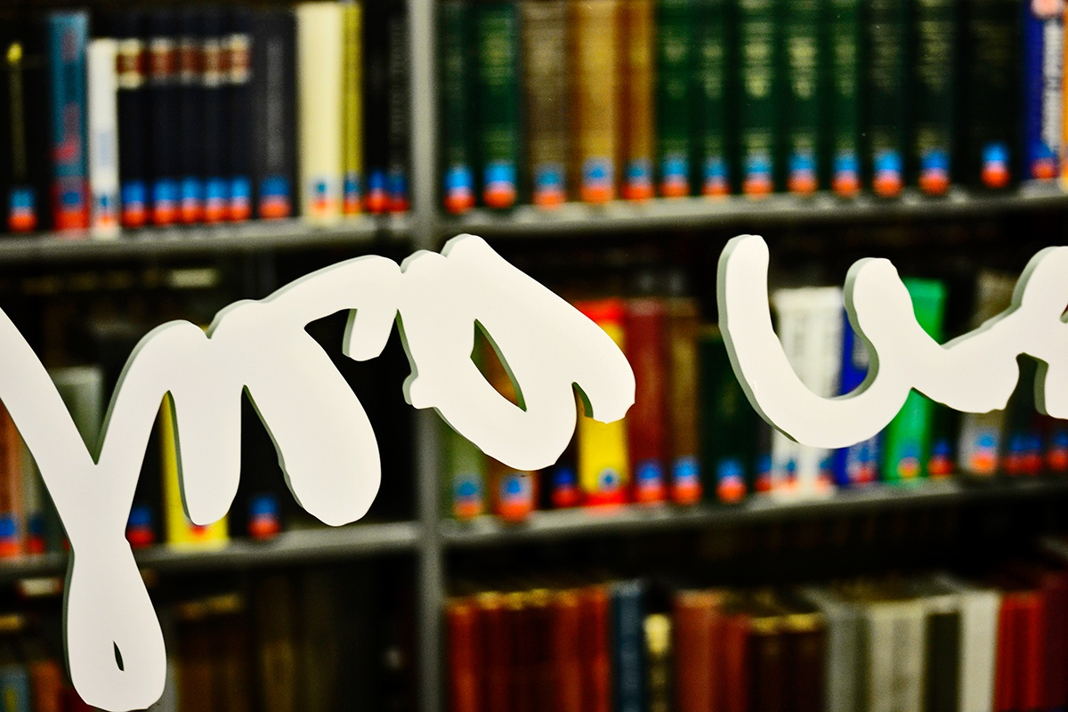 Letras revés cristal libros biblioteca Friburgo Alemania