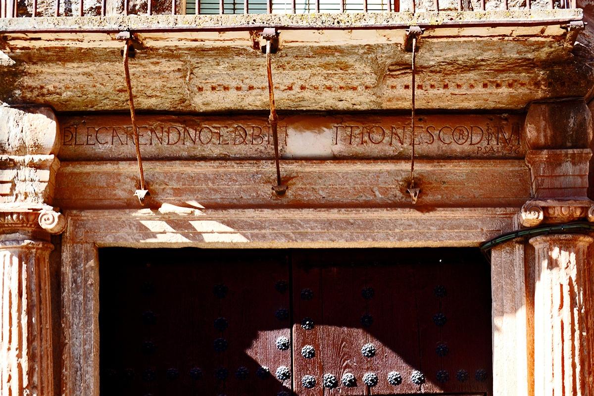 Portón entrada vivienda piedra Villanueva de los Infantes