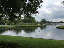lago junto al cámping