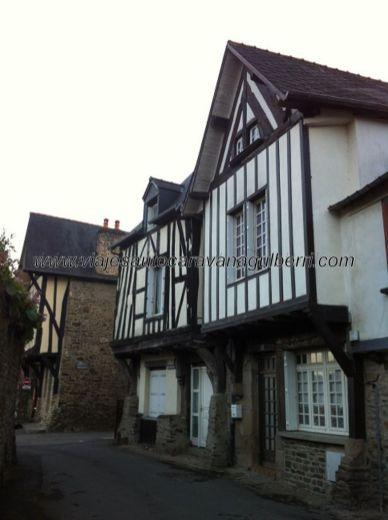 casas típicas en el barrio antiguo extramuros del castillo