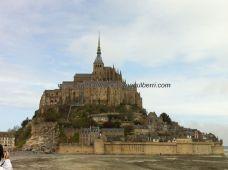 nuestra primera visión completa de Mont Saint Michel, con la imponente abadía destacando sobre el montículo; el bus que trae hasta aquí desde los párkings (caros) es gratuito