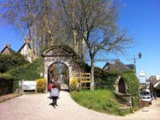 acceso a lo que queda del Castillo de Rochefort en Terre