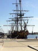 galeón-museo atracado en el puerto, frente al acceso a la ciudad; al fondo de la imagen aparcamos la autocaravana