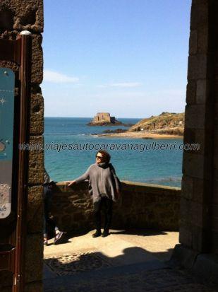puerta de acceso a Intra-Muros desde el mar; al fondo el Grand Bé