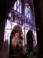 elegantes arcadas coloreadas por las luces reflejadas de las vidrieras