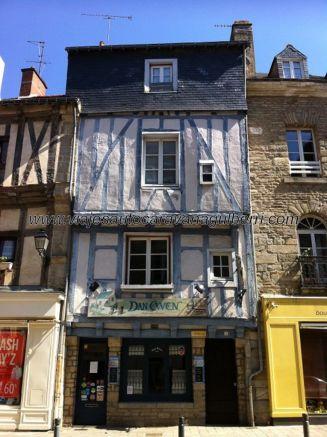 casa típica del barrio medieval, fuera del recinto amurallado