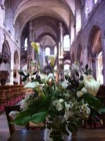 nave central de la catedral, adornada con frescas y naturales dalias