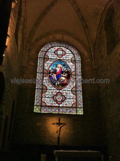 preciosa vidriera sobre el altar, Iglesia Saint Pierre