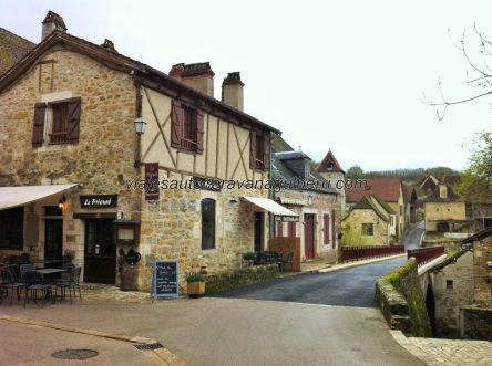 bello rincón con puente sobre el Dordogne