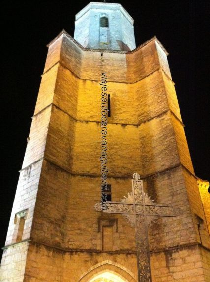 Torre de Iglesia Saint Mur, y crucero; nocturno