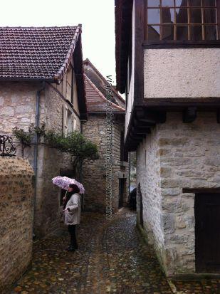 calleja típica, camino de tienda de delicatessen, y de Iglesia Saint Maur