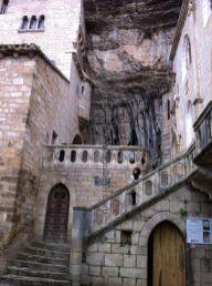 últimos peldaños, ya cerca de la entrada al Santuario de la Virgen Negra; arriba a la derecha puede verse la espada Durandal