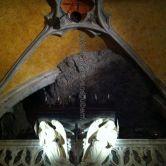 la famosa 'Campana de los Milagros'; la capilla está literalmente empotrada en la roca