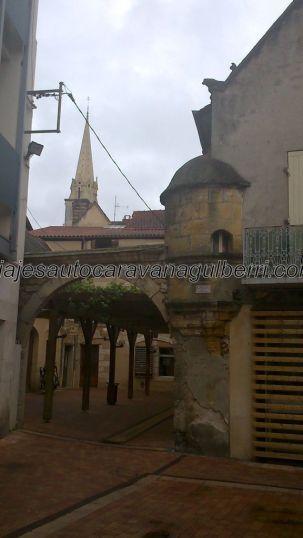 agradable rincón junto al mercado cubierto, al fondo se atisba la torre de la Iglesia de Nôtre Dame